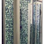 Colonna doccia squadrata con miscelatore termostatico e soffione in acciaio inox 3mm. Box doccia su misura in cristallo e profili in alluminio bianchi con apertura scorrevole.