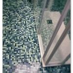 Sostituzione del vecchio pavimento con mosaico Appiani mix 2,5x2,5 applicate anche a rivestimento direttamente sulle piastrelle esistenti.