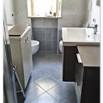 Bagno semplice, con pavimento e alzata con piastrelle coordinate azzurre e rivestimento con tonalità più chiara.