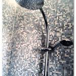 Ottima scelta il mosaico Appiani nel formato 1,2x1,2, nella miscela XNBG401 New Beat che racchiude tutti i colori utilizzati nel bagno, utilizzato per l'interno doccia e per realizzare una greca in tutto il locale.